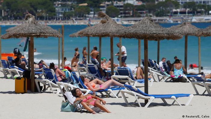 Spanien Palma de Mallorca | Coronavirus | Touristen am Strand (Reuters/E. Calvo)