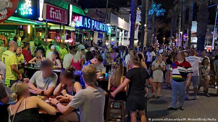 Mallorca'daki turistlerin sosyal mesafe ve hijyen kurallarını ihlal ederek eğlendiklerini gösteren görüntüler endişe yarattı.