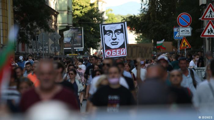 В протестите премиерът Бойко Борисов видя заговор между президента Румен Радев, ДПС и Да, България за сваляне на правителството. В извънредно включване в своя профил във Фейсбук Борисов обяви, че няма да подава оставка.