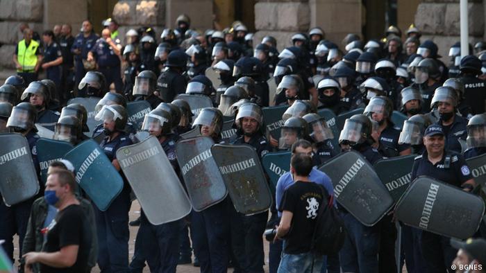 Протестите в София се провеждат при засилено полицейско присъствие.