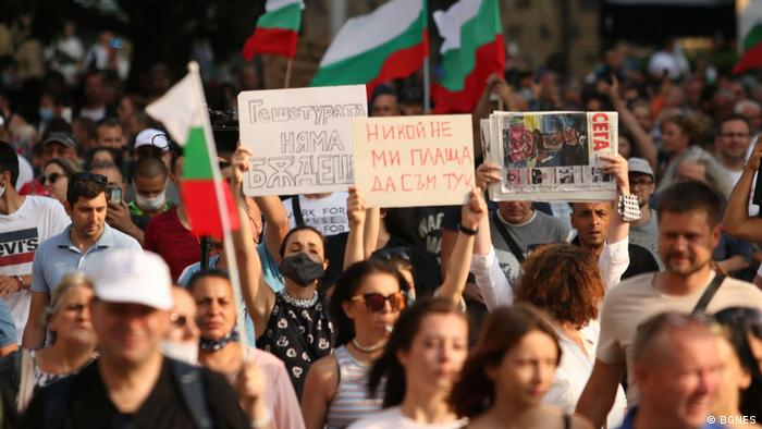 В София протестиращите срещу правителството демонстрират и срещу главния прокурор Иван Гешев. Гешетурата няма бъдеще, пише на един от плакатите.