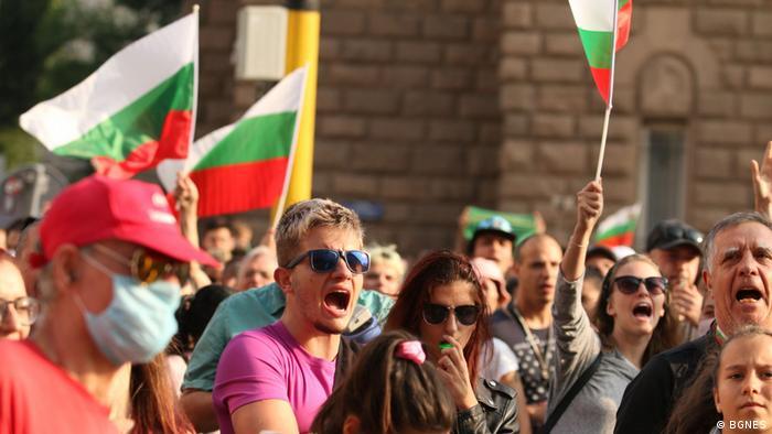 Протестите се провеждат въпреки риска от зараза с новия коронавирус.
