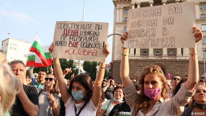 От четвъртък насам всяка вечер хиляди протестират срещу правителството в София.
