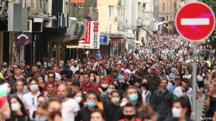 Смята се, че засега най-многобройният протест в страната се е провел в неделя. Тогава протестираха и хора в други градове на страната.