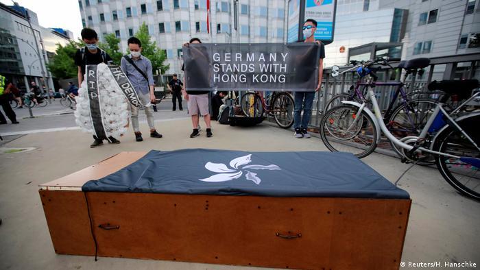 Deutschland Berlin | Aktivisten protestieren in Solidarität mit Hongkong vor der chinesischen Botschaft