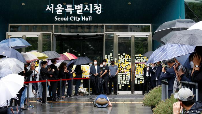People line up outside Seoul City Hall (Reuters/H. Ran)