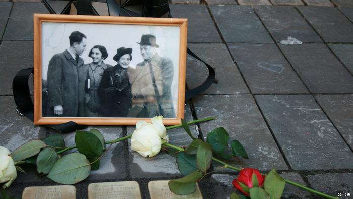 سه سنگ نبشته بر روی زمین که نشان میدهند، اینجا روزی سه تن که بعدها قربانی فاشیست در آلمان بودند، میزیستهاند؛ سه انسان که شاید یکی از آخرین تصاویرشان در یک عکس به یادگار مانده است