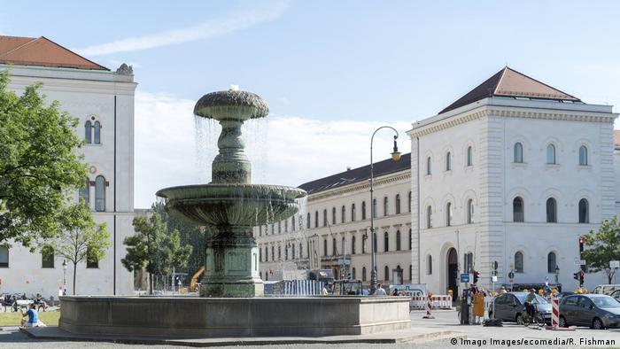 München | Schalenbrunnen an der Ludwig Maximilians Universität (Imago Images/ecomedia/R. Fishman)