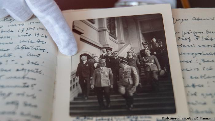 Фотография с фюрером из дневника Ханса Поссе. Он - крайний слева