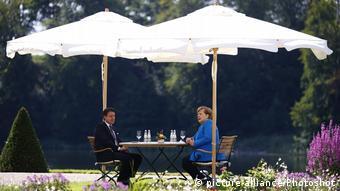 Συνομιλίες στο ειδυλλιακό περιβάλλον του κήπου του ανακτόρου Μέζεμπεργκ