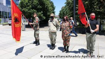 Kosovo Priština |Protest gegen Befragung von Hashim Thaci in Den Haag (picture-alliance/Anadolu Agency/E. Keci)