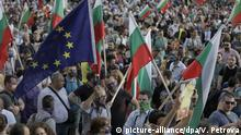 Protestors in Bulgaria hold Bulgarian and EU flags (picture-alliance/dpa/V. Petrova)