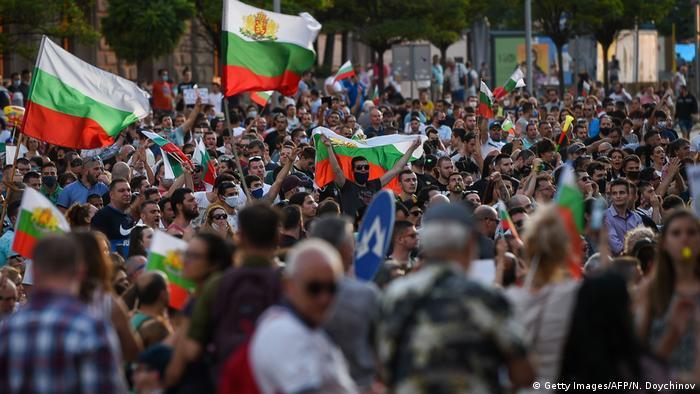 Сотни людей с флагами Болгарии на акции протеста в Софии