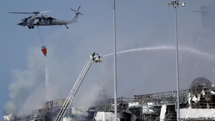 Helicopters drop water on a burning USS Bonhomme Richard (picture-alliance/AP/G. Bull)