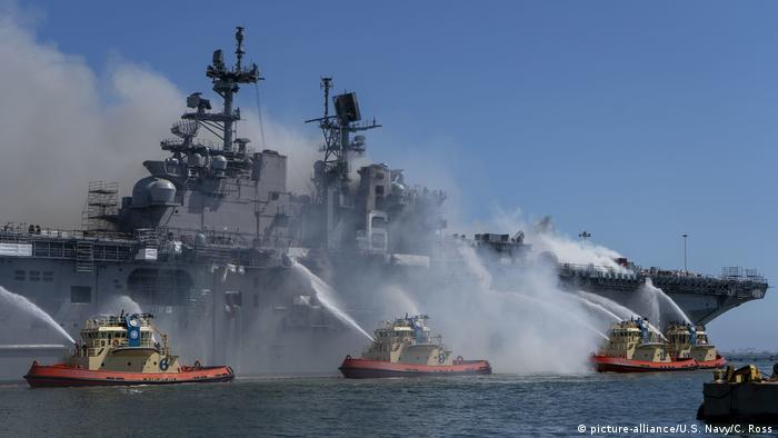 Firefighter boats spray water on a burning USS Bonhomme (picture-alliance/U.S. Navy/C. Ross)
