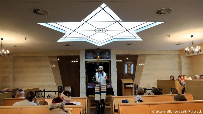 Rabbiner Kadnykov in der Synagoge von Rostock