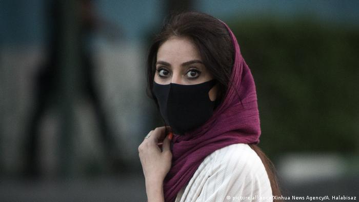 Mulher com máscara de proteção