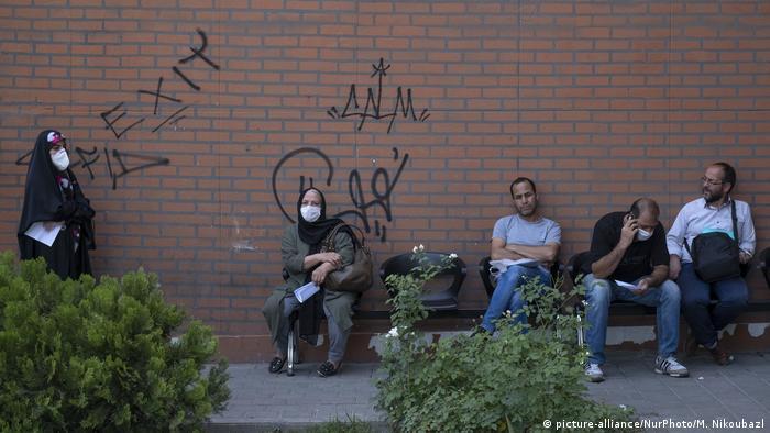 Iran | Coronakrise in Teheran (picture-alliance/NurPhoto/M. Nikoubazl)