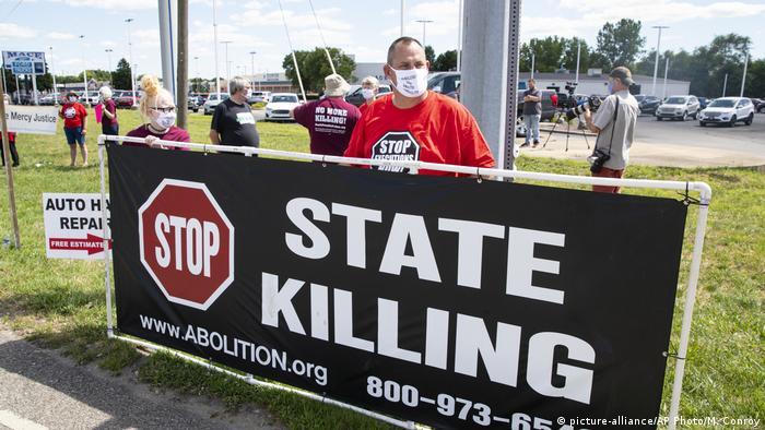 Protest von Gegnern der Todesstrafe vor dem Gefängnis in Terre Haute, wo Daniel Lee hingerichtet werden soll (Foto: picture-alliance/AP Photo/M. Conroy)