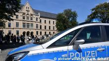 13.07.2020, Thüringen, Erfurt: Ein Polizeifahrzeug steht vor dem Landgericht, während Demonstranten gegen Rassismus und Sexismus bei der Polizei protestieren. Vor dem erwarteten Urteil gegen zwei Polizisten hatten sich mehrere Dutzend vor allem jüngere Frauen vor dem Gerichtsgebäude versammelt. Sie wollten Solidarität mit den Opfern von Polizeigewalt zeigen, wie es hieß. Wegen sexuellen Missbrauchs unter Ausnutzung einer Amtsstellung in Tateinheit mit Vorteilsnahme sind am selben Tag zwei Polizisten vor dem Landgericht Erfurt zu einer Freiheitsstrafe von zwei Jahren und drei Monaten verurteilt worden. Foto: Martin Schutt/dpa-Zentralbild/dpa | Verwendung weltweit
