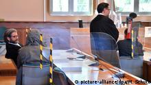 13.07.2020, Thüringen, Erfurt: Die beiden angeklagten Polizisten verdecken ihre Gesichter vor der Urteilsverkündung im Landgericht. Angeklagt wurden die heute 23 und 28 Jahre alten Männer wegen gemeinschaftlicher Vergewaltigung im besonders schweren Fall. Wegen sexuellen Missbrauchs unter Ausnutzung einer Amtsstellung in Tateinheit mit Vorteilsnahme sind sie vor dem Landgericht Erfurt zu einer Freiheitsstrafe von zwei Jahren und drei Monaten verurteilt worden. Foto: Martin Schutt/dpa-Zentralbild/dpa   Verwendung weltweit