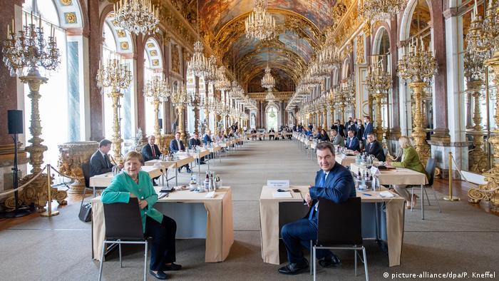 Cancelara Angela Merkel și premierul bavarez Markus Söder în Palatul Herrenchiemsee