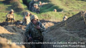 Армянские солдаты на армяно-азербайджанской границе