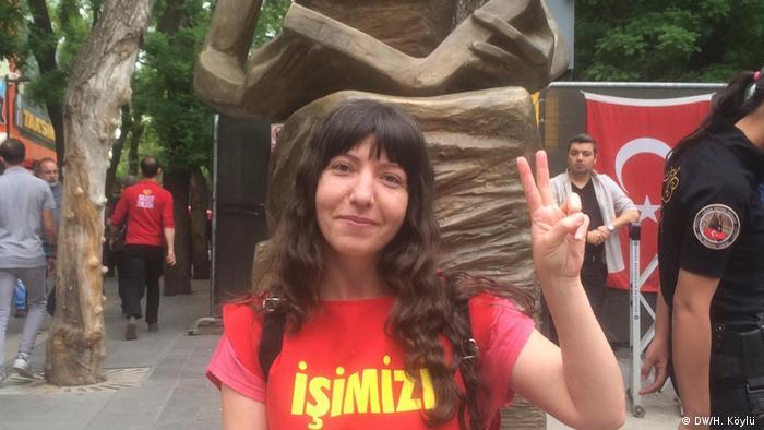 Nazan Bozkurt KHK ile kaybettiği işini geri kazanmak için 3,5 yıldır Ankara'da İnsan Hakları Anıtı önünde eylem yapıyor.