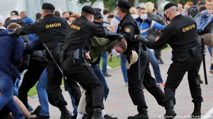 Belarus | Proteste zur Unterstützung des ehemaligen Präsidentschaftskandidaten Viktor Babariko (picture-alliance/AP Photo/S. Grits)