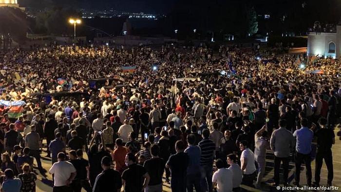 تجمع مردم در باکو؛ بسیاری در آذربایجان خواهان الحاق قرهباغ به این کشور هستند و حضور نیروهای ارمنی در این منطقه را اشغال بخشی از سرزمین خود میدانند.