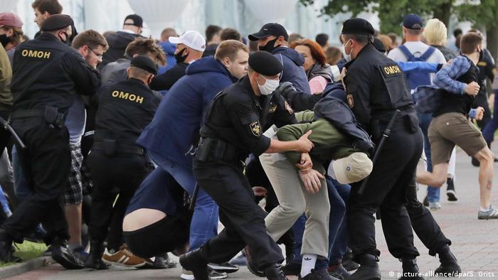 ОМОН задерживает участников акции протеста в Минске