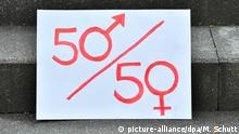 Sign outside the Thuringian state parliament calling for gender equality (picture-alliance/dpa/M. Schutt)