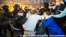 15.07.2020, Russland, Moskau: Polizeibeamte stoßen mit Demonstranten fest zusammen. Hunderte Menschen haben auf dem zentralen Puschkin-Platz gegen die umstrittenen Verfassungsänderungen protestiert, die vor rund zwei Wochen in Kraft getreten sind. Das neue Grundgesetz erweitert die Machtbefugnisse von Putin und ermöglicht ihm das Regieren bis 2036, sollte er wiedergewählt werden. Foto: Alexander Zemlianichenko/AP/dpa +++ dpa-Bildfunk +++