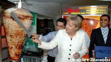 ARCHIV - Bundeskanzlerin Angela Merkel schneidet während des Sommerfestes des Parlamentskreis Mittelstand (PKM) der CDU/CSU-Fraktion im Garten des Kronprinzenpalais in Berlin ein Stück Fleisch von einem Döner-Spieß (Archivfoto vom 24.06.2008). Dieses Foto prangt riesengroß als Werbung für türkische Speisen an einem Restaurant auf dem Bahnhofsvorplatz in Odessa. Macht die deutsche Bundeskanzlerin Angela Merkel Werbung für Döner? Diese Frage stellen sich zur Zeit Menschen in der ukrainischen Schwarzmeerstadt Odessa. Dem Restaurantbetreiber droht nun Ärger. Dort meinte der Manager, dass die Idee von einer Werbefirma stamme. «Wir haben tatsächlich mehr Gäste.¡Alle wollen wissen, ob Merkel wirklich bei uns war. Nach dpa-Informationen ist das Foto identisch. Der Odessaer Anwalt Nikolai Sjumin betonte, dass auch die ukrainischen Gesetze die Verwendung solcher Fotos ohne Einwilligung der betroffenen Person verbieten. [...]