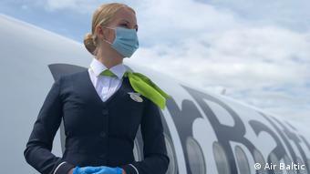 Αεροσυνοδός της Air Baltic στην εποχή του κορωνοϊού