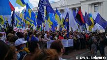 Proteste in der ukrainischen Hauptstadt Kiew gegen den Gesetzentwurf, der die Verwendung der russischen Sprache in der Bildung erweitert. Ort: Kiew Datum: 16.07.2020 Tags: Ukraine, Kiew, Ukrainische Sprache, Russische Sprache, Protest (c) DW/ L. Rzheutsk