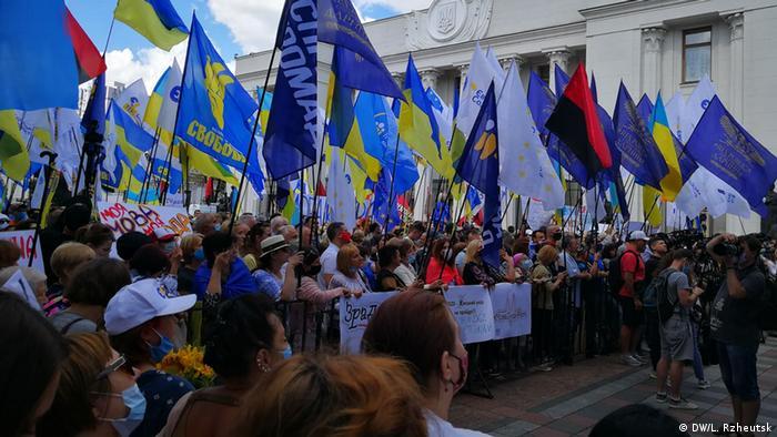 Протести під Верховною Радою проти внесення змін до мовного закону