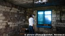 15.07.2020, Armenien: 6288240 15.07.2020 Ombudsman of Armenia Arman Tatoyan wearing a face mask looks at a roof, which was damaged during a recent shelling of the Azeri armed forces, in the village of Aygepar, on the Armenia-Azerbaijan border, Tavush Province, Armenia. Aram Nersesyan / Sputnik Foto: Aram Nersesyan/Sputnik/dpa |