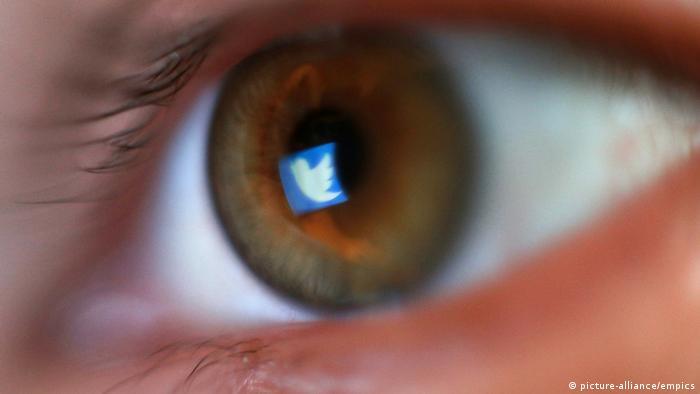 Foto simbólica de un ojo con el logo de Twitter reflejado