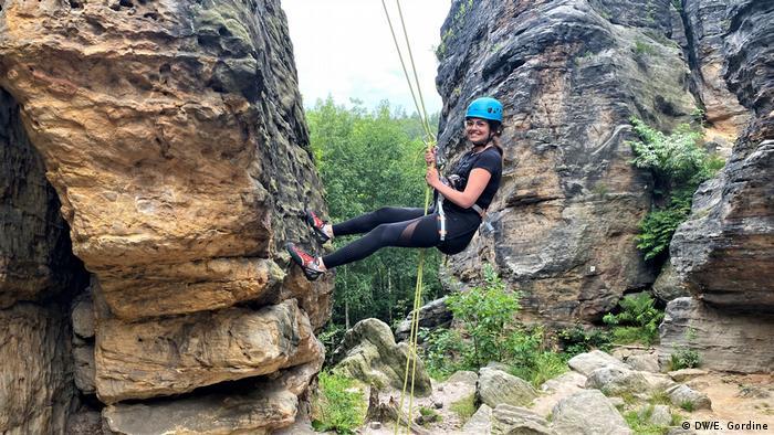 DW COVID Travel Diaries | Gordine & Zivkovic | Olivera beim Klettern in der Sächsischen Schweiz