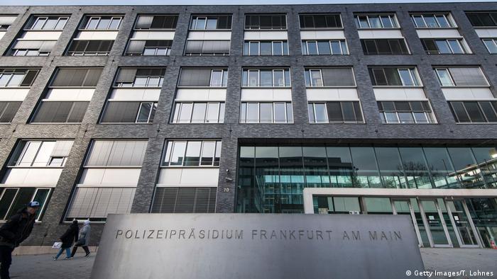 Tehdit mektubu gönderilen kişilerden birinin bilgilerinin Frankfurt polis bilgisayarında sorgulatıldığı ortaya çıkmıştı.