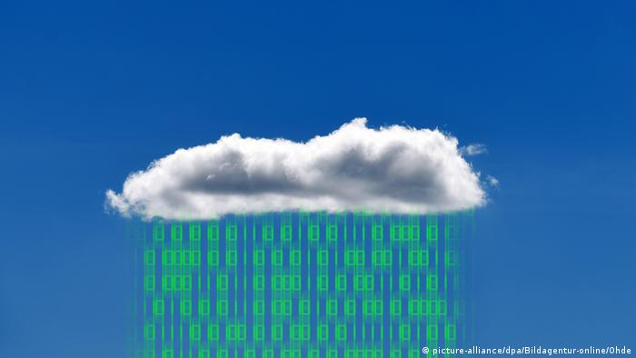 Illustration of noughts and ones raining from a cloud (picture-alliance/dpa/Bildagentur-online/Ohde)