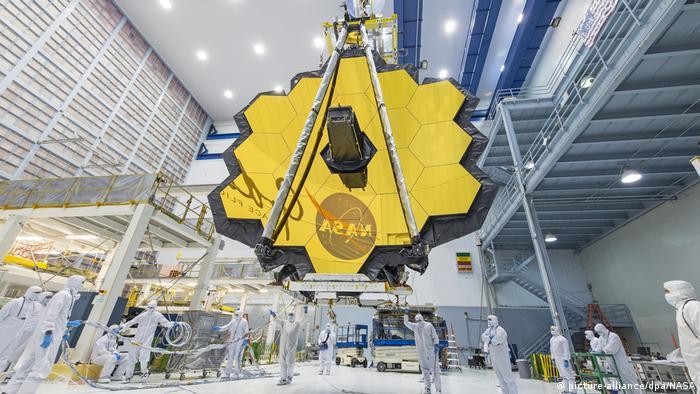 Gambar menunjukkan serangkaian cermin yang ditempatkan dalam teleskop