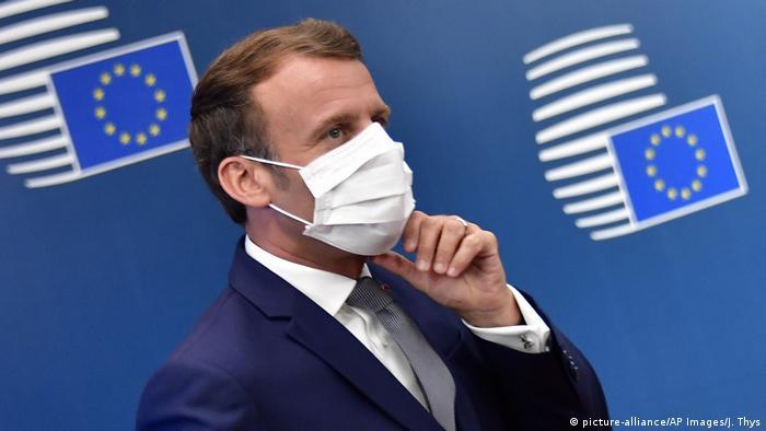 Президент Франции Эмманюэль Макрон в защитной маске в Брюсселе