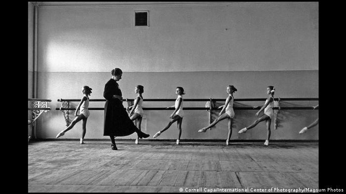 Хореографическое училище Государственного академического Большого театра. Отработка позиций. Москва, СССР, 1958