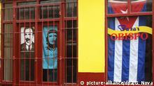 19.04.2020, Kuba, Havanna: Ein staatliches Merchandising-Geschäft bleibt aufgrund von Eindämmungsmaßnahmen für die Covid-19-Pandemie geschlossen. Im Gegensatz zu weiteren Ländern hat die kubanische Regierung zwar keine Ausgangssperre verhängt, die Bevölkerung aber dazu aufgefordert, möglichst zu Hause zu bleiben. Touristen, die sich noch auf der Insel befinden, dürfen nicht aus den Hotels. Kuba hat 1137 Covid-19-Infizierte verzeichnet. Mindestens 38 Menschen sollen an dem Virus gestorben sein. Foto: Guillermo Nova/dpa | Verwendung weltweit