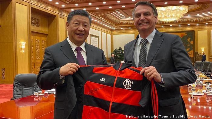 Bolsonaro presenteia casaco do Flamengo ao presidente da China, Xi Jinping, em outubro de 2019