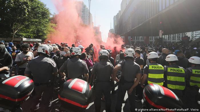 Brasilien Protest Fussballfans von der Gavioes da Fiel