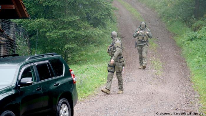 Membros das forças de segurança da Alemanha em estrada na Floresta Negra