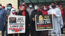 Abuja Frauen Proteste Fotograf/Autor: Uwais Abubakr Idris Datum: 15.07.2016 Women hold a protest on rampant cases of raping and defiling minors as Senate include male as rape victims. In the Picture include Femi Gbajabiamila and Aisha El-Rufai A group of women under the ages of MarsV hold a peaceful protest to the National Assembly in Abuja